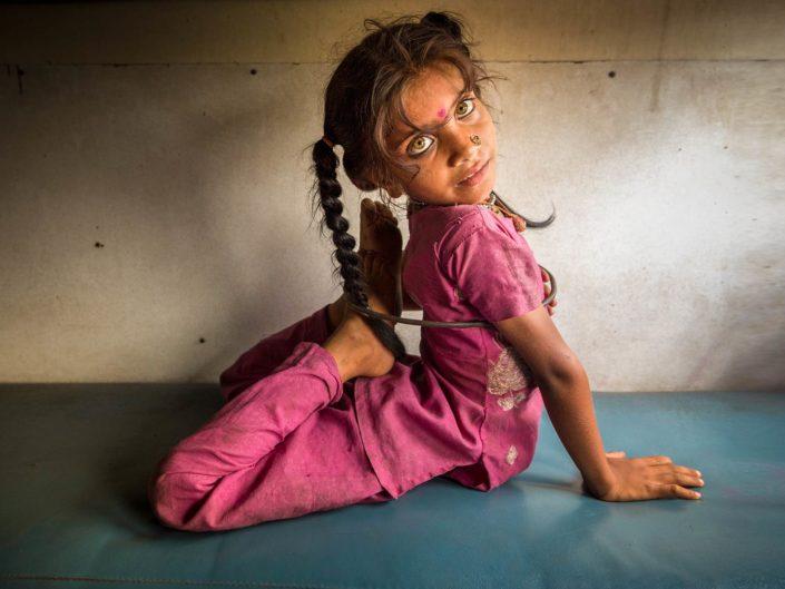 india-niña-tren-gonpoullet